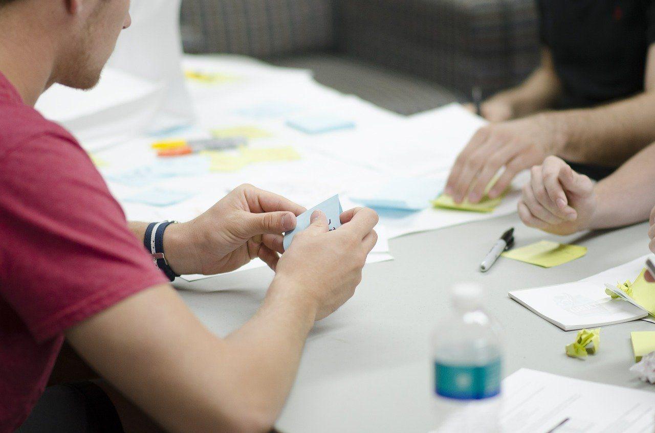 Menschen arbeiten an einem Tisch zusammen